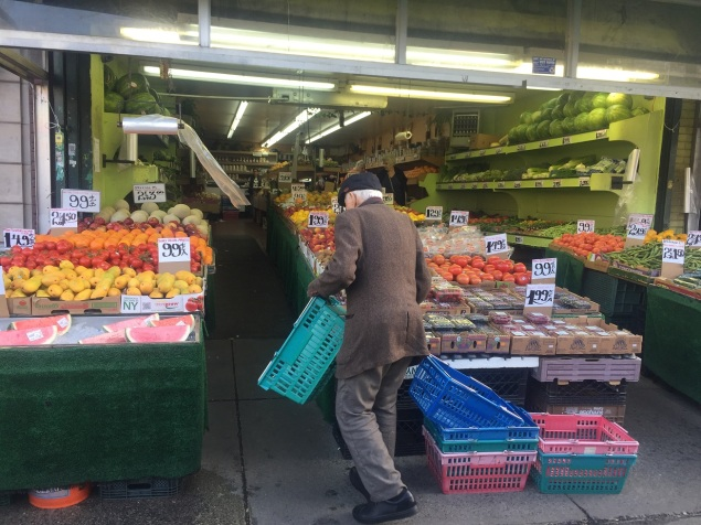 Buntes und Frisches in der Auslage eines Geschäfts und Melonen im Überfluss.
